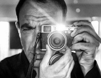 «Σώματα και Ψυχές» του Νίκου Αλιάγα  Ο Νίκος Αλιάγας γεννήθηκε στο Παρίσι αλλά έχει καταγωγή από το Μεσολόγγι. Εξελίχθηκε σε δημοσιογράφο-παρουσιαστή και ραδιοφωνικό παραγωγό διεθνούς φήμης. «Κρυφή» του αγάπη; Η φωτογραφία… Στην Conciergerie της γαλλικής πρωτεύουσας, πρώην βασιλικό παλάτι και φυλακή της πόλης του φωτός, παρουσιάζεται η μοναδική έκθεση φωτογραφίας «Σώματα και Ψυχές», στην οποία παρουσιάζονται, σε ένα άκρως επιβλητικό σκηνικό, ασπρόμαυρες λήψεις του Νίκου Αλιάγα.