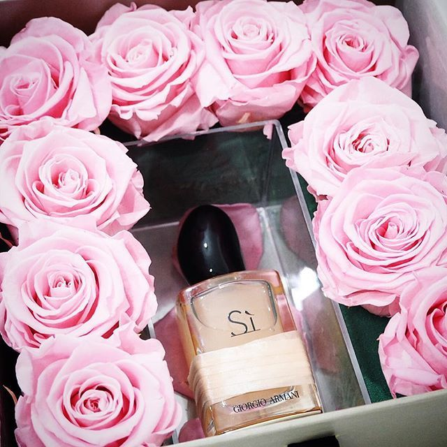 I am one lucky girl.. the most beautiful surprise delivery! The stunning new Giorgio Armani Si Rose Signature. I normally don't gravitate towards rose scents but this one is simply stunning it was inspired by Mr Armani's mother and is the perfect Mother's Day gift of you're still stumped #bbloggers #bbloggers #blogger #bloggers #beautyblog #beautyblogger #beautybloggers #beautyblogging #saysi #fragrance #eaudeparfum #giorgioarmani #giorgioarmanisi #sirosesignature #SiRose #roses #per...