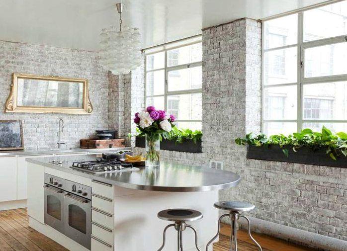 Имитация кирпичной стены: трендовые варианты отделки и 70+ вдохновляющих идей для дома http://happymodern.ru/imitaciya-kirpichnoj-steny-foto/ Светлая традиционная кухня с кирпичной отделкой стен