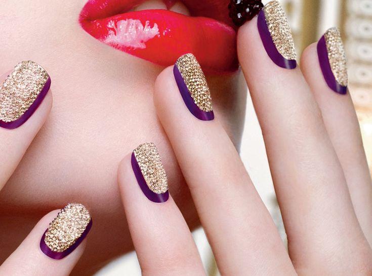 Dat nail art niet per se meisjesachtig hoeft met palmboom- en aarbeikunstwerkjes op je nagels, bewijzen de feestcollecties van nogal wat beautymerken. Glit...