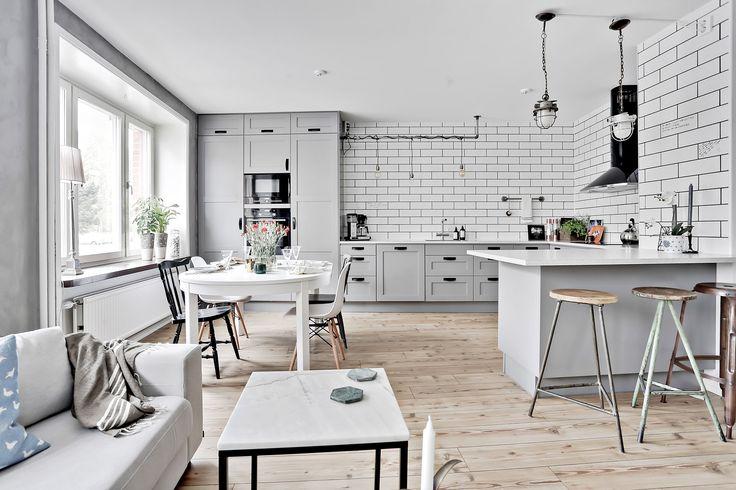 Skåpsluckorna har en grå, sober ton som passar snyggt till de övriga materialvalen. LUCKA: Studio mörkgrå | Ballingslöv LOCATION: Lägenhet vid Lorensberg, Göteborg