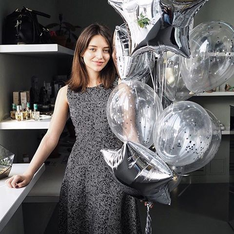 И по традиции фото с обворожительной @katebutko с шарами #airbeautyballoons 🎈🎉 и не просто так, а в честь первого дня рождения уникального магазина обуви и аксессуаров @porta9ru, который прошёл в бутике на днях 👟🎒 здесь собраны самые трендовые модели совершенно разных брендов, которые проходят жесткий отбор у байеров магазина, чтобы стать для вас поистине лучшей парой обуви в гардеробе! Мы влюблены в вас, @porta9ru 🙏🏻❤️  Кстати, а вы уже знаете, что ребята запустили свою линию обуви…