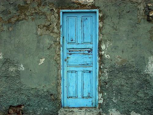 Una puerta azul que no se dónde lleva... Estoy buscando pinturas azules dañadas con el paso del tiempo. Son increíbles.. ya pondré el resultado de la mesa que vamos a restaurar