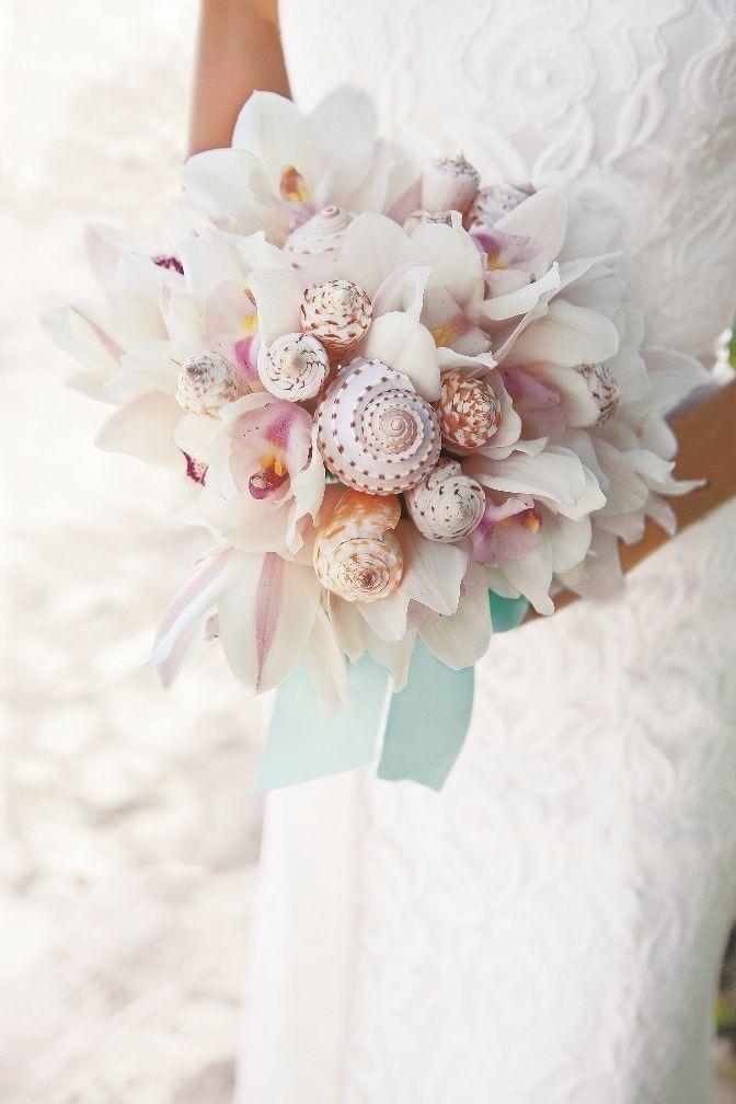 Bouquet composto da orchidee & conchiglie per un matrimonio sulla spiaggia.  #beachwedding