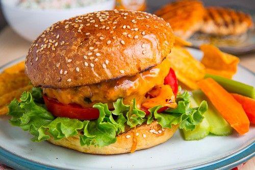 Buffalo kuřecí burgry //mrkev, celer, červená cibule, pečivo, kuře, salát, nivový dressing, omáčka//
