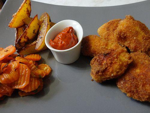 Aujourd'hui je vous propose une recette qu'on a l'habitude de déguster dans les fast-foods... mais la comparaison s'arrête là, vu que c'est du fait maison :-) Ingrédients : Pour une quinzaine de nuggets : - 2 escalopes de poulet - chapelure fine - farine...