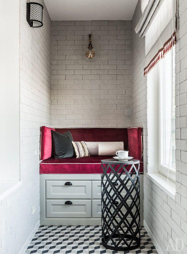 Балкон. Цилиндрический журнальный столик со столешницей из керамогранита выполнен по эскизам дизайнера в Koza Home.