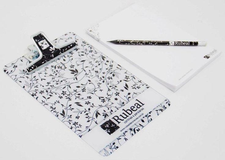 Kit com prancheta, blocos e lápis exclusivos criados pela Agência Conceito.