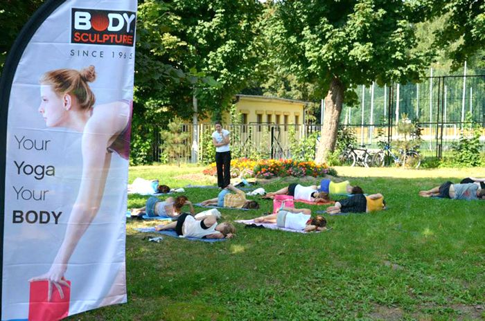 """Bacha Sport dumnie wspiera akcję """"Joga w ogodzie"""". Osoby, które nie mają własnej maty, mogą ćwiczyć korzystając z zestawów do jogi marki BODY SCULPTURE przez nas ufundowanych: http://www.sklepfitness.com/p/7/310/zestaw-do-jogi-bb-626--pilates-i-joga-akcesoria-fitness-fitness-.html.  Zapraszamy serdecznie w każdą niedzielę na bezpłatne zajęcia jogi. Szczegóły na stronie: http://www.jogawhucie.pl/"""