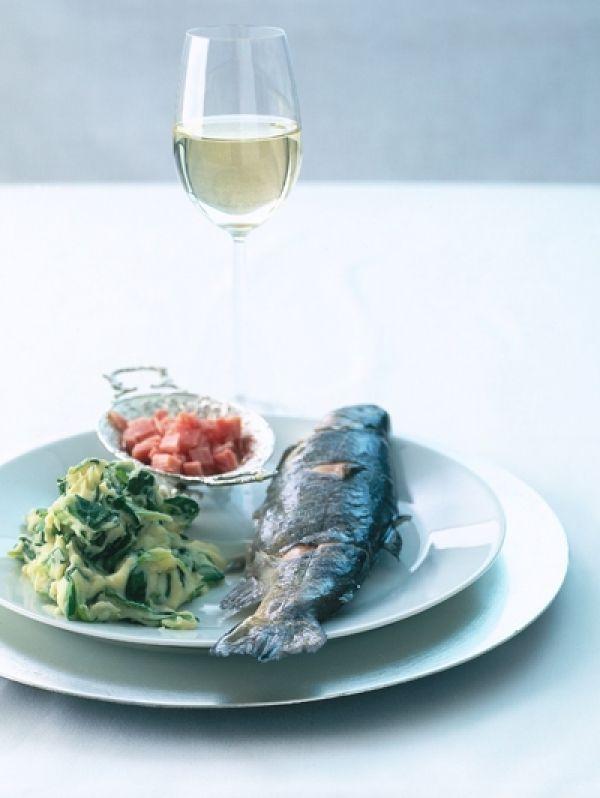Hele forellen blijven mooi als ze worden gegaard in court-bouillon; een mengsel van bouillon, witte wijn, groenten en kruiden.