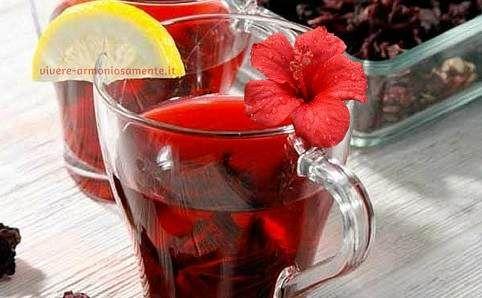 L'infuso di Karkadè è conosciuto per le sue proprietà rilassanti e diuretiche. Il tè ai fiori di ibisco aiuta anche a dimagrire e regolare la pressione..