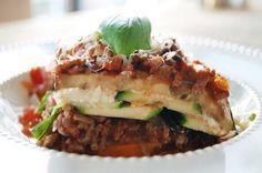 Gezonde Lasagne van zoete aardappel, aubergine en courgette gehakt vervangen door vegetarisch gehakt of quorn