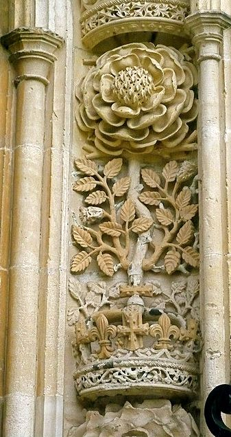 Tudor Rose, Cambridge King's College -- The emblem of King Henry VIII was the Tudor rose and the Beaufort portcullis. The red and white Tudor rose represented the combination of the House of York and the House of Lancaster. The Beaufort portcullis relates to his Tudor ancestors. #beautiful