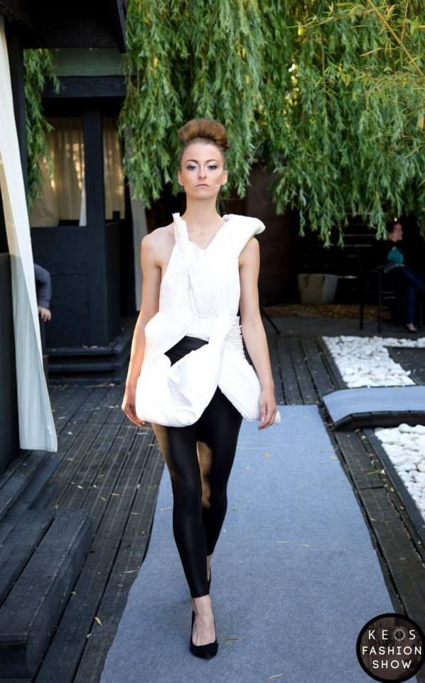 Styliste : INSIVANE Model : Charlotte Terrien  Création robe coquillage blanche en simili cuir blanc, plissé.