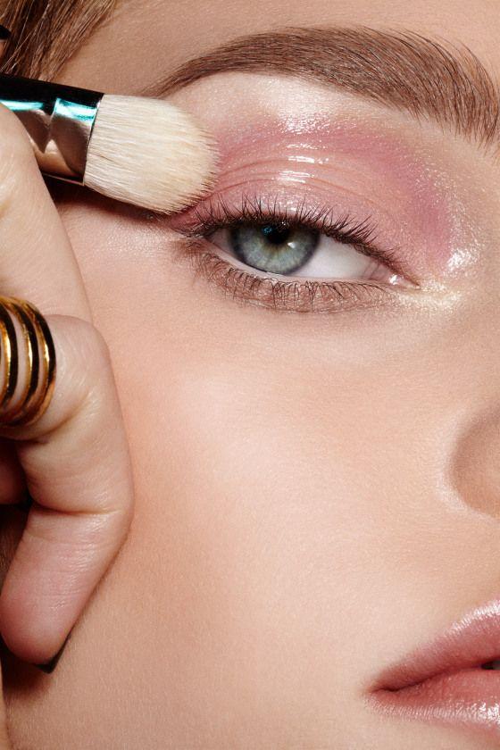 """Brillito de labios como maquillaje de ojos. Aplicar una línea horizontal en el centro del parpado movil, cerca de las pestañas, NO en la comisura del ojo. Si se aplicó demasiado, retirar de los costados con el dedo. TIPS: *No se puede usar mucho delineador porque lo despinta, sí se pude: un poquito de delineador en lápiz ó a prueba de agua SOLO en la comisura externa del ojo. Tmb se puede """"Tightlining"""". *No puede estar en contacto con la base ni usarse con sombra de ojos- se hace como un…"""
