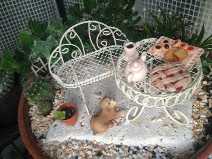 Vaso con diametro 28 cm. Panchina con poggia schiena e Tavolino stile romantico- set bistrot- tutto in metallo; mini fontanella fatta a mano; cibo e tazzina con teiera fatta a mano; recinzione in metallo.