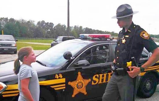 Un Oficial de Policía Regala un iPad a un Niña de un Puesto de Limonada