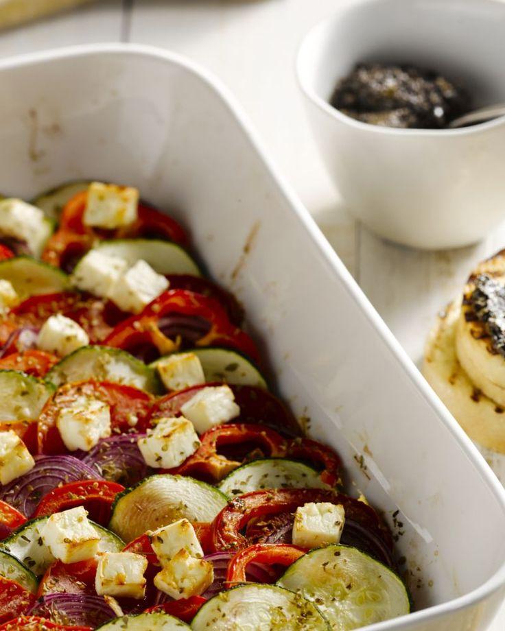 De klassieke Griekse salade met paprika, komkommer, tomaat en feta ken je ongetwijfeld al, maar wat dacht je van een warme originele versie?