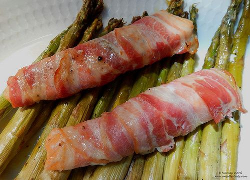 Somon invelit in bacon cu sparanghel la cuptor.   Roasted salmon wrapped in bacon with asparagus.