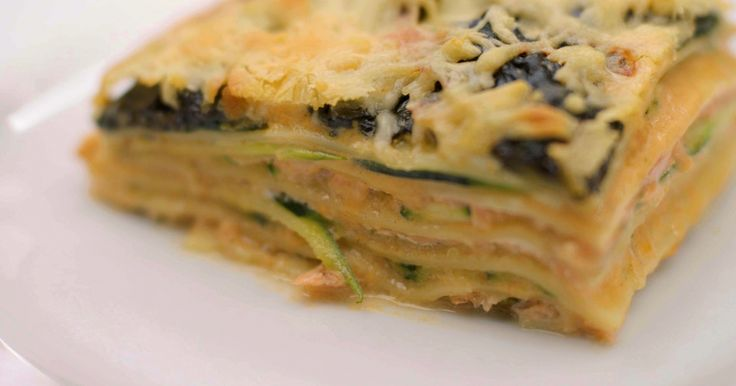 Lasagne blijft één van de meest geliefde ovenschotels. Het pastagerecht in laagjes geeft elke kok inspiratie om de beste combinaties van producten en smaken te bedenken. Jeroen gaat voor gerookte zalm, plakjes courgette, gestoofde spinazie én een heerlijke bechamelsaus op basis van geroosterde kopjes en pantsers van grijze garnalen. Het geheim van die saus zit in een zelfbereide 'garnalenmelk' boordevol aroma's van schaaldieren, kruiden en specerijen.Extra materiaal: