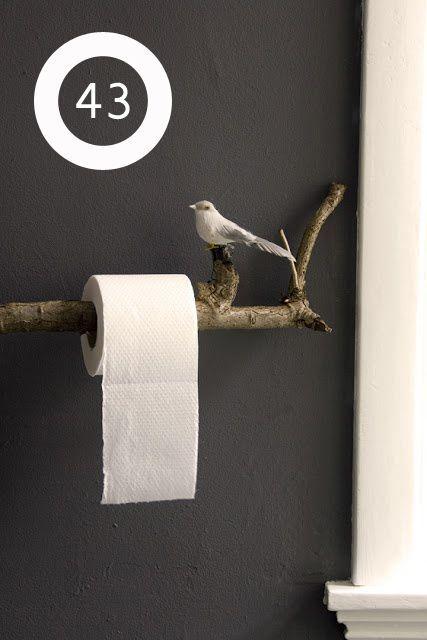 Plus poétique, faites entrer la nature dans le petit coin, un support à papier toilette fait avec une branche ramassée dans le jardin.