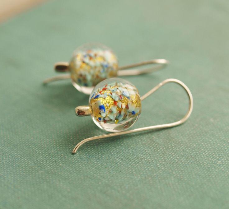 náušnice ,, Zlatušky -kropenaté ,, © sklo+Ag 925 Náušnice tvoří aleale korálky (vinutky) ve kterých je zataveno 24 karátové plátkové zlato,které spolu se sklem vytváří nádherný hřejivý a zářivý efekt. Průměr kuličekje 12 mm (kovové části jsou ze stříbra Ag 925). Náušnice jsou označeny ryzostní značkou. Dodávám v dárkovém organzovém pytlíčku.