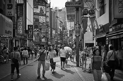 Rua Shibuya, em uma área comercial ao redor da estação de metrô, com ênfase no comércio de moda. Tóquio, Japão. Fotografia: Joerg Bonner.