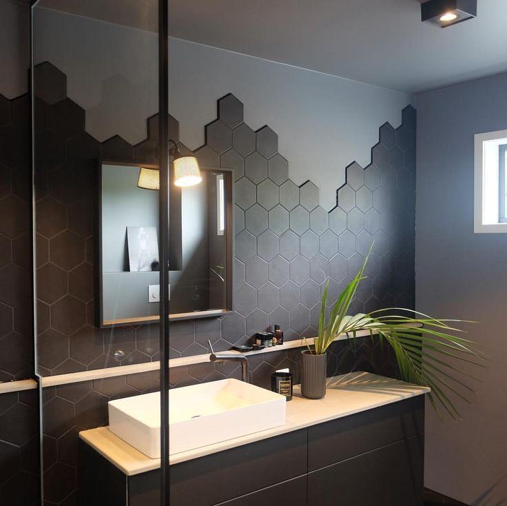 tommettes noires dans la salle de bains