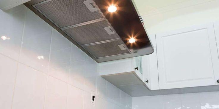 VÅRRENGJØRING: Kjøkkenviften og områder rundt som stekeovnen og bak den og vegger og hyller i nærheten av stekeområdet, bør få en skikkelig vårrengjøring.