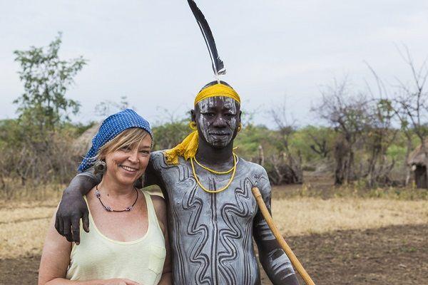 """Chantal de Vries uit Dreumel is dolgelukkig met haar Ethiopische vakantieliefde. """"Vanaf het moment dat ik hem zag, wist ik dat hij de ware is voor mij"""", zegt de 32-jarige tandartsassistente over haar 25-jarige krijgerNgmpfndbo. De twee tortelduifjes ontmoetten elkaar drie jaar geleden in Ethiopië. """"Ngmpfndbo liet direct merken dat hij me leuk vond. Hij gaf me een kralenketting en [...]"""