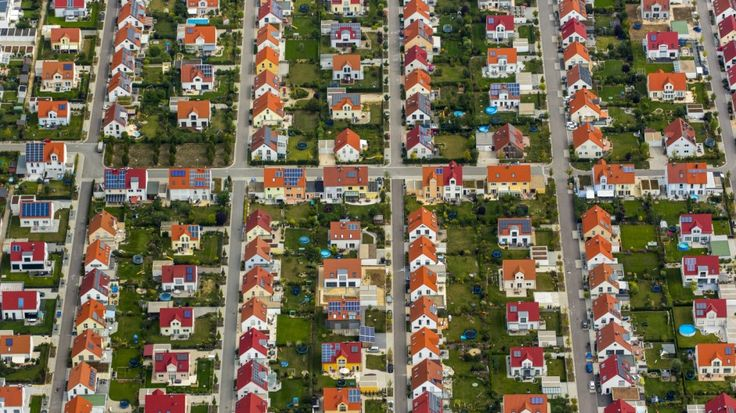 Immobilien: So rentabel wie Aktien, aber sicherer. Bild: Hans Blossey/mauritius images/imageBROKER http://www.sueddeutsche.de/wirtschaft/immobilien-so-rentabel-wie-aktien-aber-sicherer-1.3261869