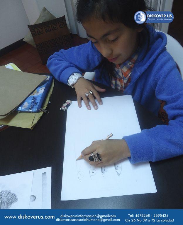 Dianita  fortaleciendo su atención y concentración por medio del dibujo.