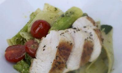 Spargel Pasta Salat mit Hühnerbrust.