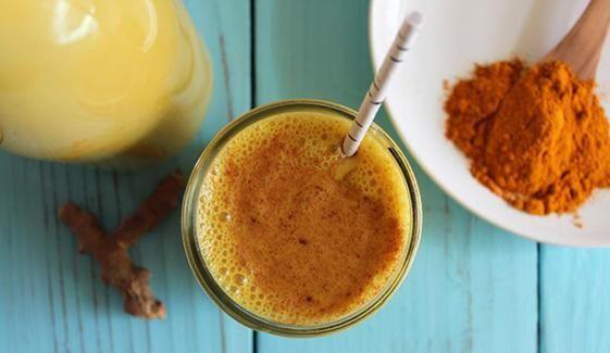 Il golden milk è una bevanda utile anche per il benessere intestinale. Sembra inoltre che abbia delle proprietà antitumorali e anti infiammatorie