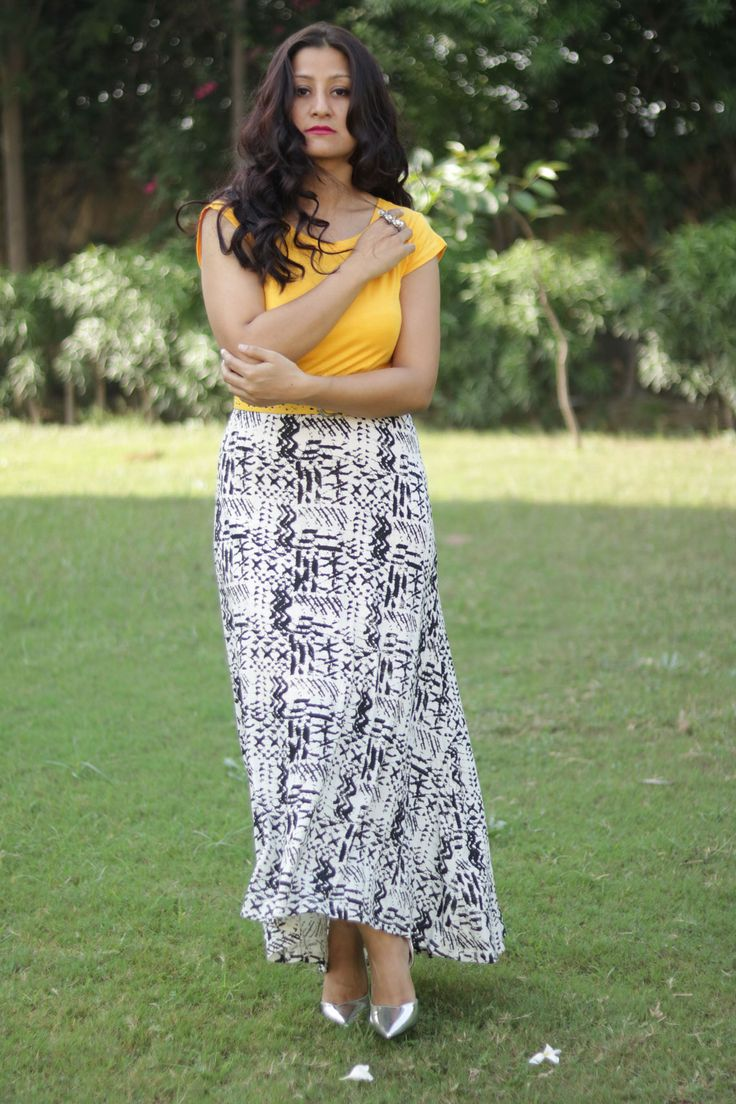 maxi skirt with yellow tee outfit. by Fashionblogger Subremesa. Plaid, stripes, a belt and nude heels outfit streetstyle by fashionblogger Subremesa.  #fashionblogger #fashionweek #streetstyle #styletips #outfitideas #ootdmagazine #ootdfash