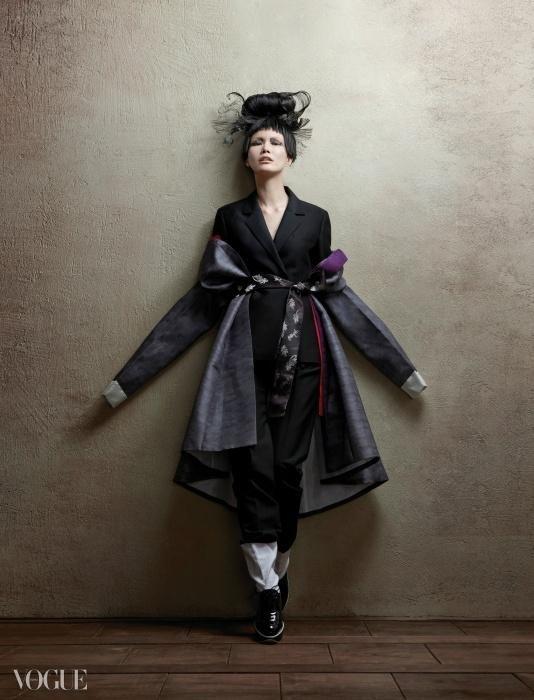 보라색 고름이 포인트인 잿빛 장옷과 버선은 차이 김영진, 검정 수트는 로우 클래식, 허리에 묶은 짙은 밤색의 양단 댕기는 한국의상 백옥수.