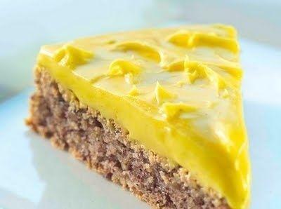 Verdens beste kake, god nøttebunn med fantastisk smørkrem oppå. Forsvinner på ett øyeblikk i selskaper, selv om det er en langpannekake:)
