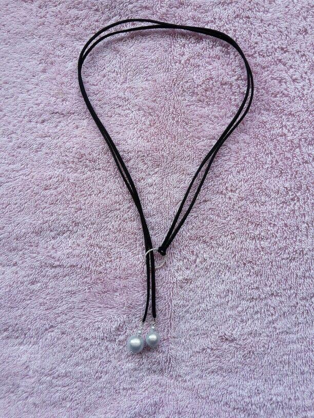 Collier suédine noire et perles magiques grises