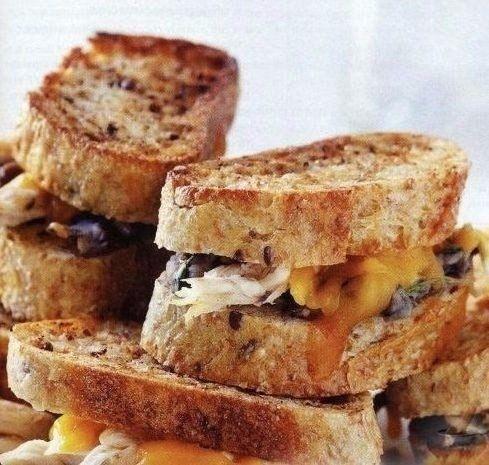 Сэндвичи с фасолевым пюре и куриным мясом