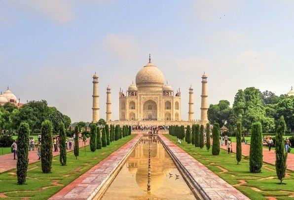 Тадж-Махал — мавзолей-мечеть, находящийся в Агре, Индия.