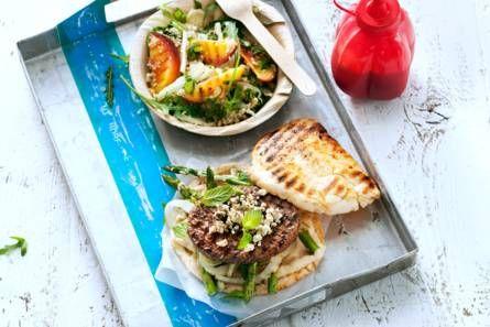 Hamburger met gegrilde groenten, hummus en witte kaas - Recept - Allerhande - Albert Heijn