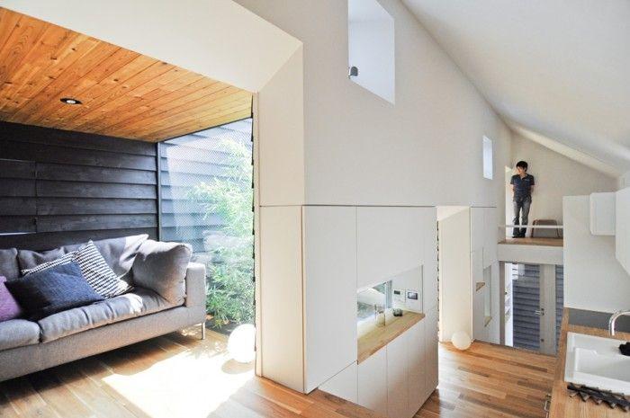 """左のソファはピエロ・リッソーニの「BOX sofa」。以前からの持ち物でお気に入りだったため、これが入る空間がほしいと建築家にリクエストした。左端に""""社会の窓""""が見える。"""