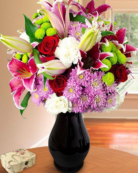 Buchet cu crini, trandafiri și crizanteme pentru ocaziile deosebite din viața celor dragi.    Flower bouquet with lilies, roses and chrysanthemums.