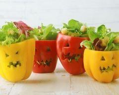 Salades d'halloween au potiron en affreux poivrons
