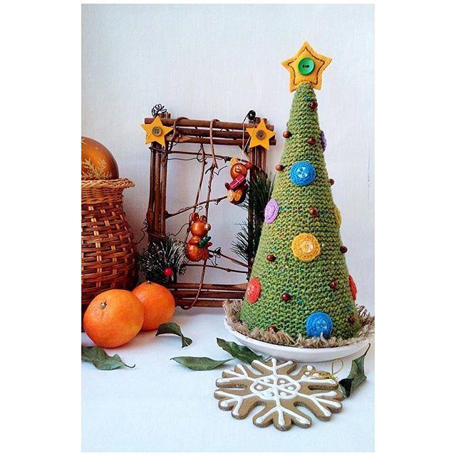 С сегодняшнего дня открываем Парад ёлок 🎄🌲🎄🌲🎄Ёлки у нас будут разные, разные... голубые, красные.. ну и зеленые и синие 😆, и ещё какие-нибудь , вообщем что душа пожелает 😄. Открываем парад вот такой весёлой елкой 🎄И пусть  следующий год будет таким же жизнерадостным, веселым и разноцветным как шары на елке и крапушки на этом милом твиде 😉😊🍀#prezent #handmade #knitstagram #instaknit #подарокподруге #подарок #подарокнановыйгод #екатеринбург #подарокручнойработы #хендмейд #елки…