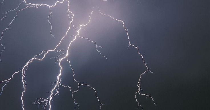 ¿Cuáles son las posibilidades de ser alcanzado por un rayo?. Según el Servicio Meteorológico Nacional, anualmente en promedio han sido reportadas 55 muertes debido a la caída de rayos en los Estados Unidos en las últimas tres décadas. En cualquier momento dado, hay alrededor de 2000 tormentas alrededor del mundo que producen un rayo con la electricidad contenida dentro de cada rayo que alcanza ...