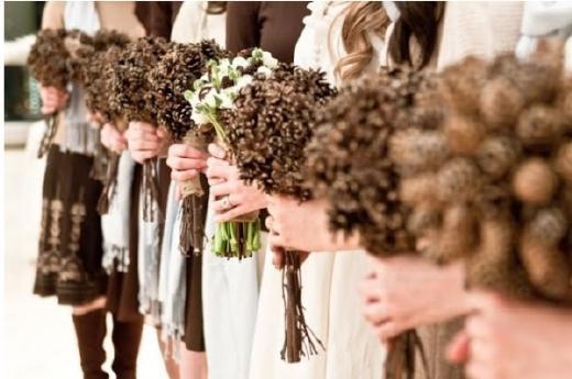 Dennenappels als bruidsboeket op een winter bruiloft