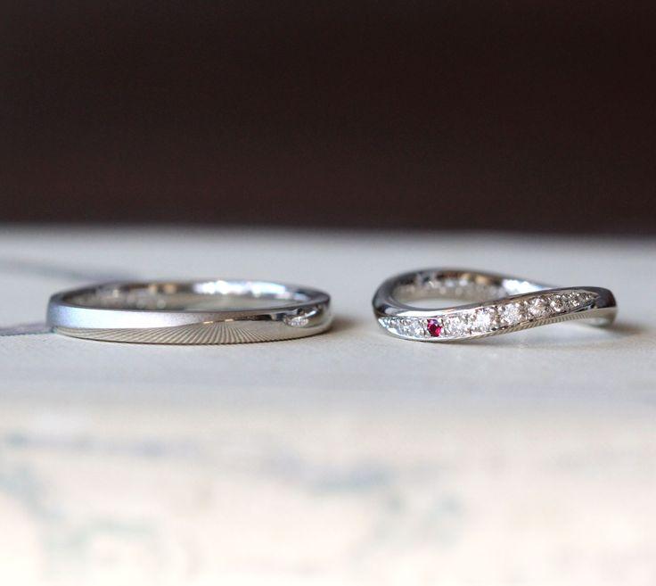斜めのラインが特徴的なデザインの結婚指輪。 男性は、ストレートのリングに緩やかに斜めのラインを入れ 半分をつや消し、もう半分を光沢でおつくりしました。 女性は、緩やかなひねりのフォルムのヴィヴァーチェウーノ。 流れるラインにはダイヤモンドを8ピースと誕生石のルビーをポイントでお入れしました。 石の位置をどこにするかで悩みましたが 指につけた時に、さりげなくルビーが覗く左から三番目に留めました。 [マリッジリング,オーダーメイド,marriage,ring,wedding,Pt900,diamond,ruby,ウエディング]