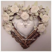 Cuore/fiocco nascita shabby in vimini con rose e cuore di piquet bianco