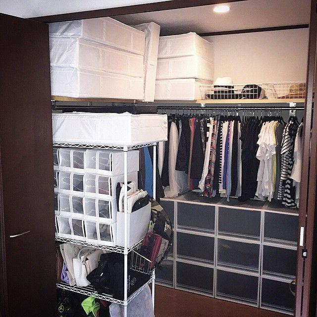 Instagram media by hanasora7162625 - gm☆  来客用のお布団の収納についてご質問あったので 私はウオークインクローゼットの上段にIKEAのSKUBBを使って収納しています☝️ 羽毛布団なら一枚、毛布なら2枚入る大きさです☆  あとはオフシーズンの家族の布団などもここに☆  そしてちょっとウォークインクローゼットも収納見直し新たに棚を設置☆  シューズクローゼットに入らきらないあまり履かない靴をこちらに☆  こちらもIKEAのシューズボックスで合わせました☆ こちら向きに置くことで扉を開けても取れるし中からもどちらからも取れるようにしました☆   #organize #walkthrough#closet #bedroom#ikea #skubb#instagood #instahome #instainterior #整理#整理整頓#断捨離#収納#お片づけ#オーガナイズ#ウォークインクローゼット#クローゼット#お布団#お布団収納#靴収納#バッグ収納#muji #無印#無印良品#イケア